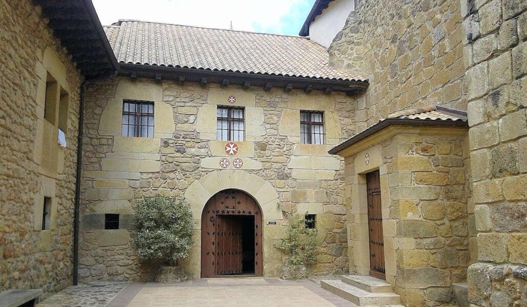 Entrada al convento San Juan de Acre en Salinas de Añana