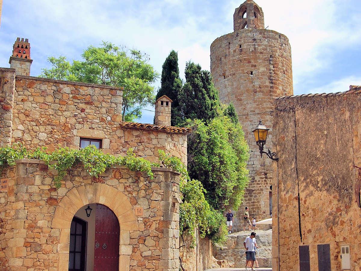 antiguo-castillo-torre-de-las-horas-en-pals-girona