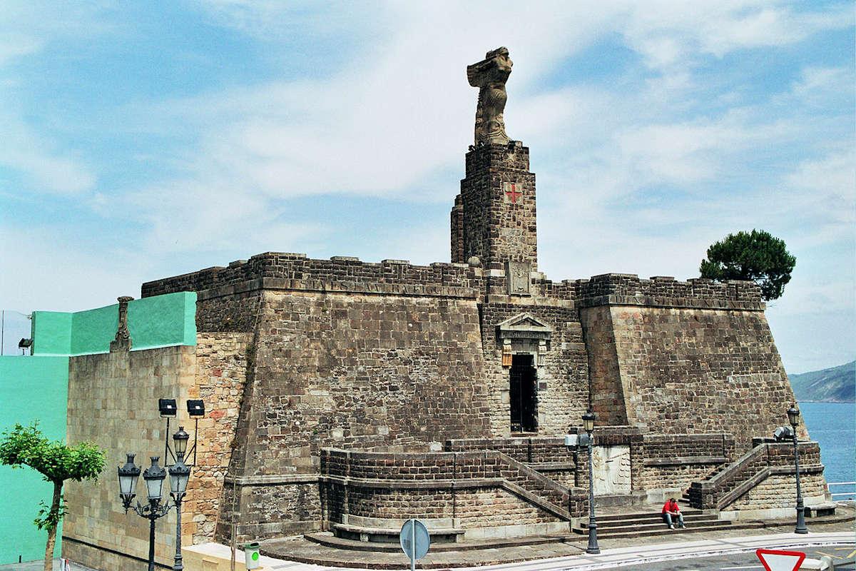 monumento-Juan-Sebastián-Elcano-entrada-a-Getaria-Guipuzcoa
