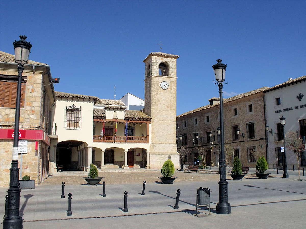 plaza-de-cervantes-ayuntamiento-mota-del-cuervo-cuenca
