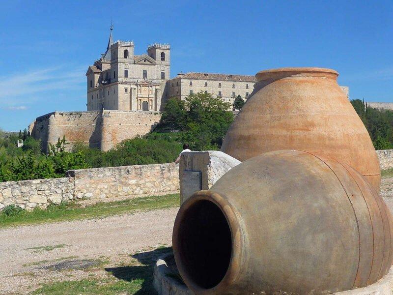 Tinajas frente al Monasterio de Uclés