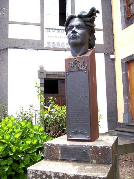 Busto de Tomás Morales frente a su Casa