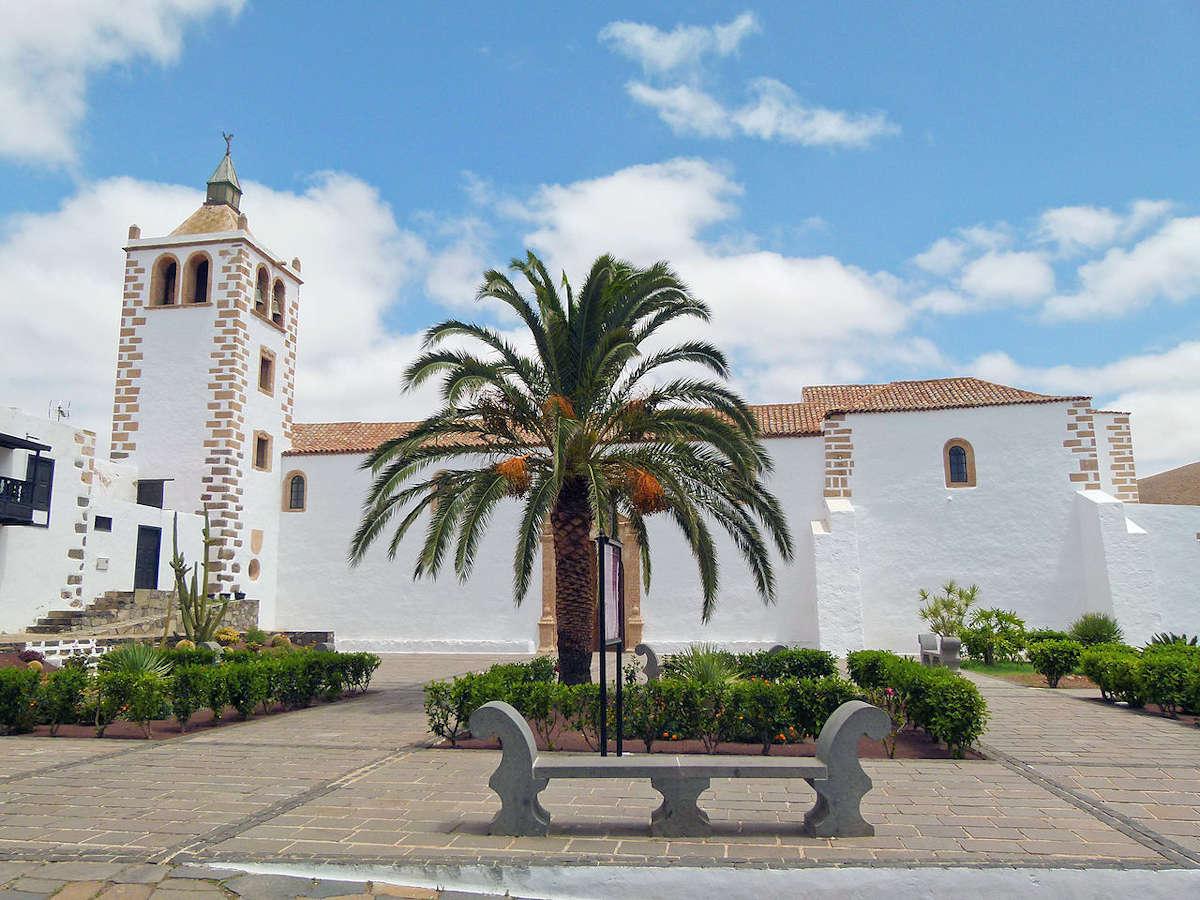 Iglesia-de-Santa-María-de-Betancuria-en-Fuerteventura