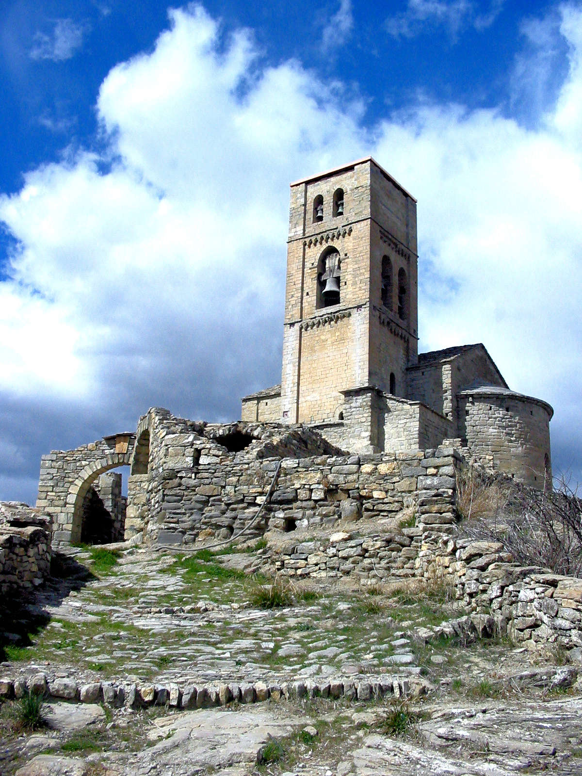 torre-de-la-carcel-iglesia-santa-maria-de-baldos-montañana-huesca