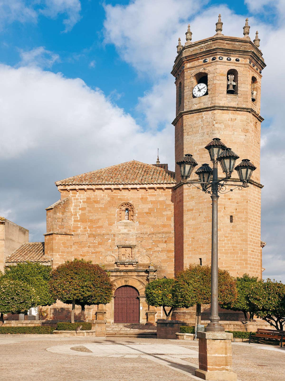 iglesia-san-mateo-frente-a-la-plaza-del-ayuntamiento-en-baños-de-la-encina