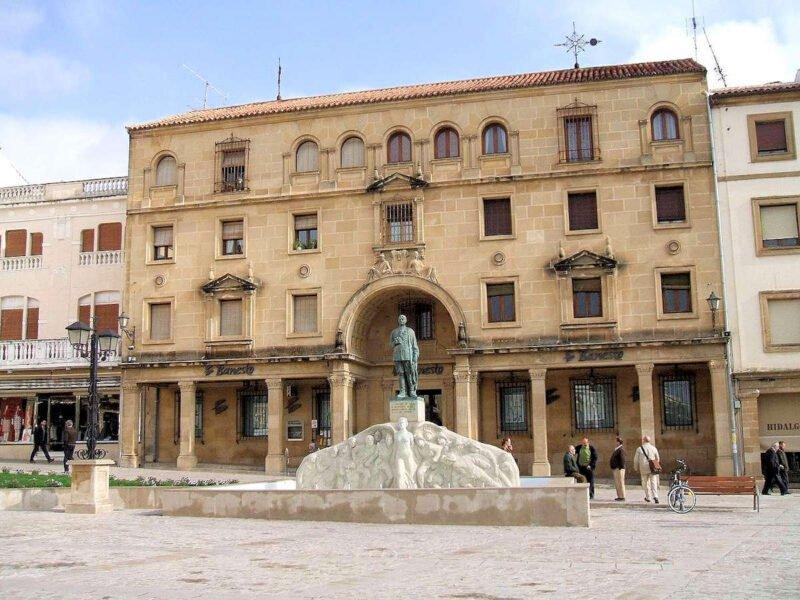 Plaza de Andalucía y Monumento al General Saro