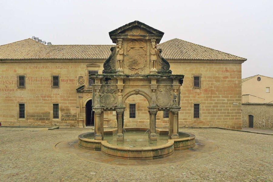 Plaza y fuente de Santa María en Baeza
