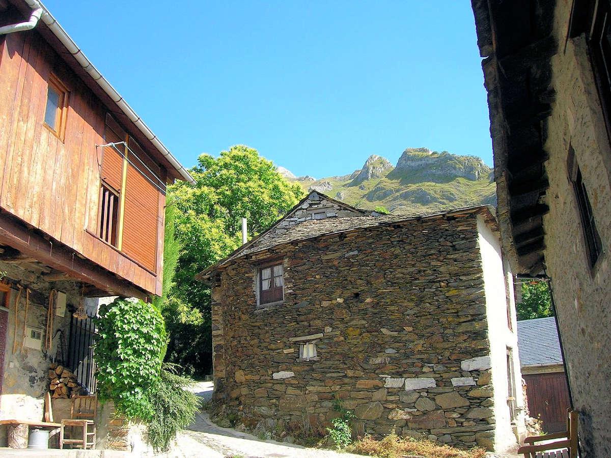 fachada-iglesia-de-santiago-de-peñalba-león