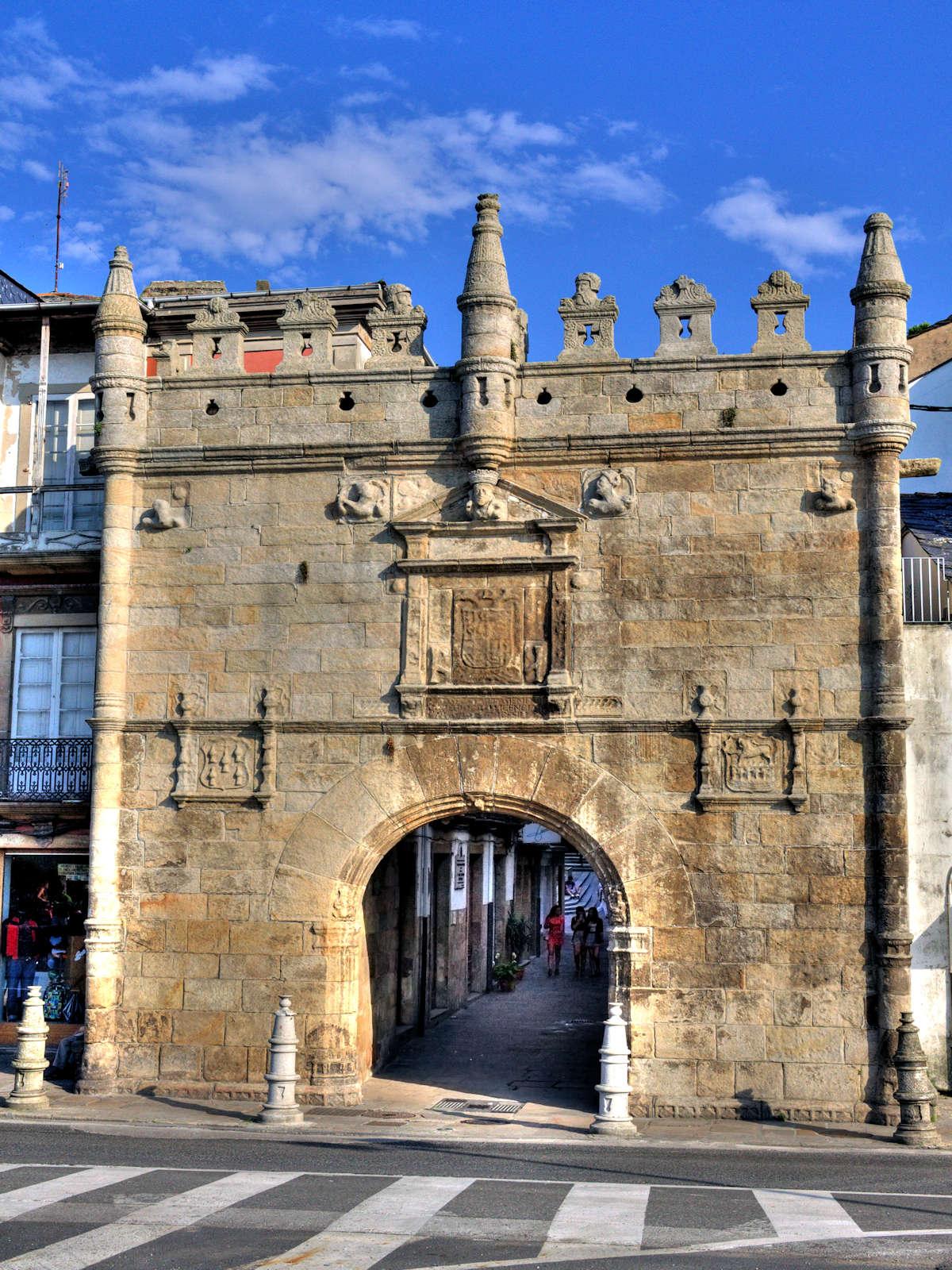 Puerta-de-Carlos-V-en-Viveiro-Lugo