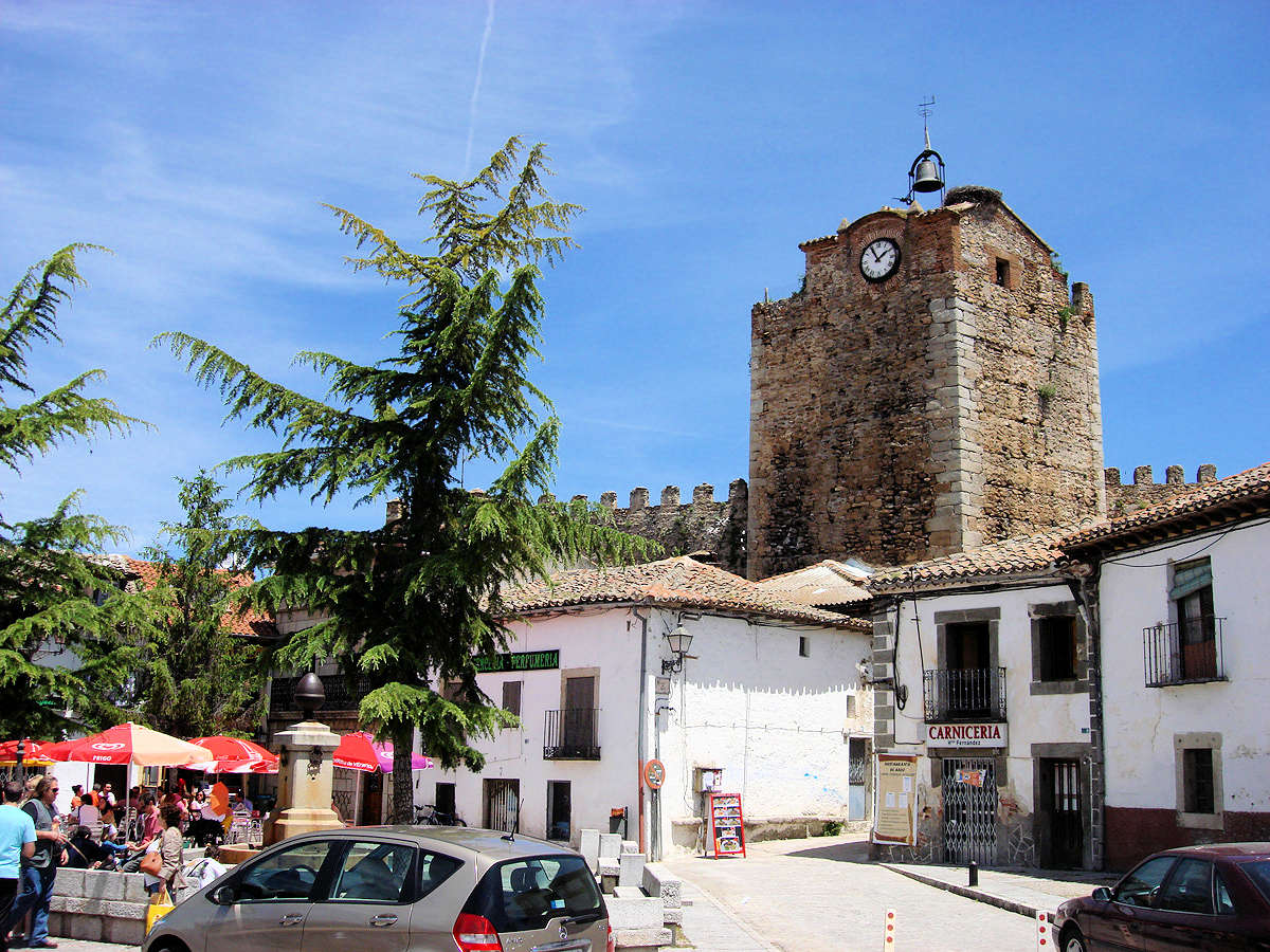 plaza-de-la-constitucion-torre-del reloj-en-buitrago-del-lozoya-madrid