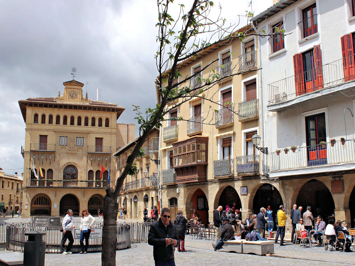 visitar-pueblos-de-navarra-olite-plaza-mayor