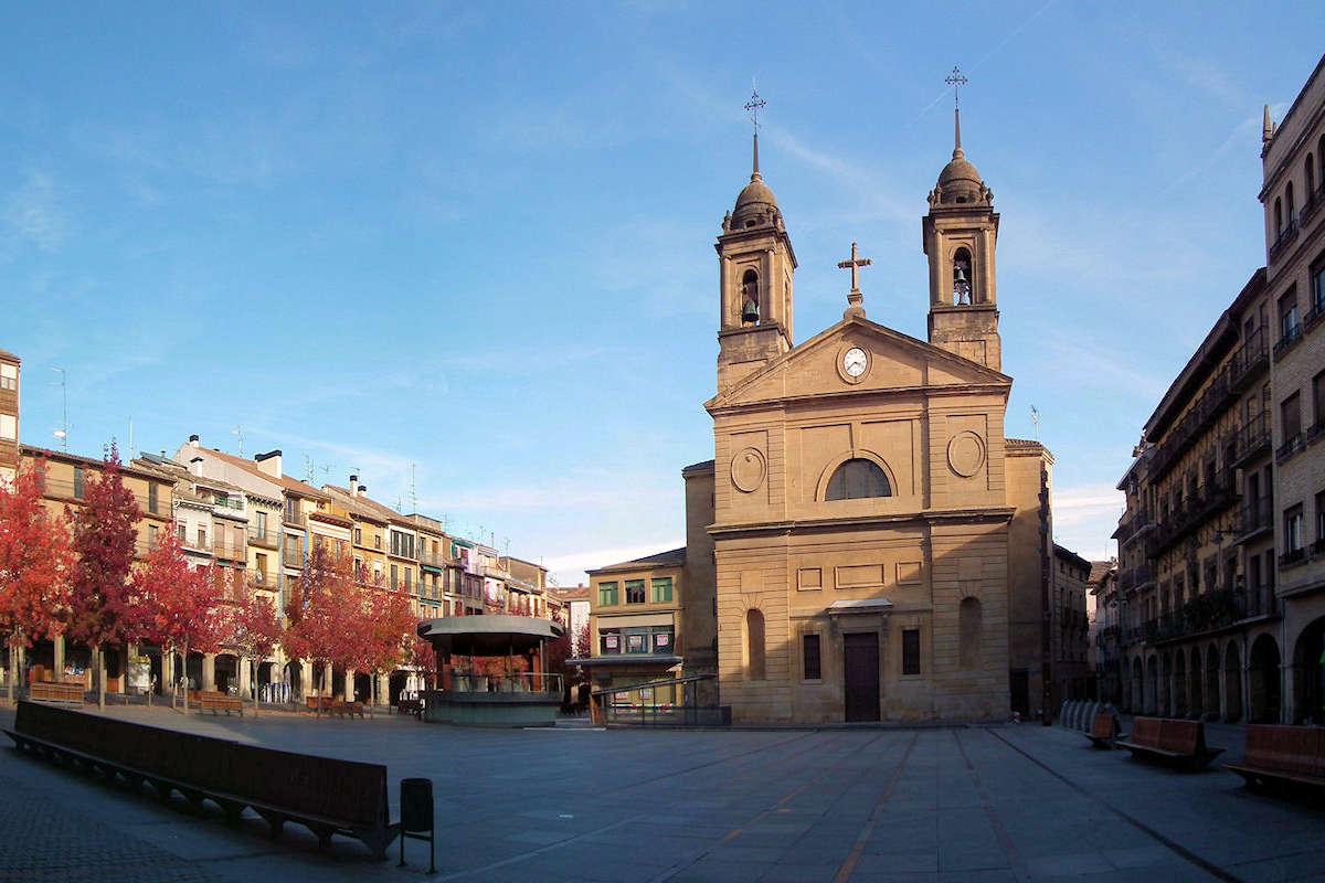 Iglesia-de-San-Juan-Bautista-Plaza-Los-Fueros-pueblos-de-Navarra