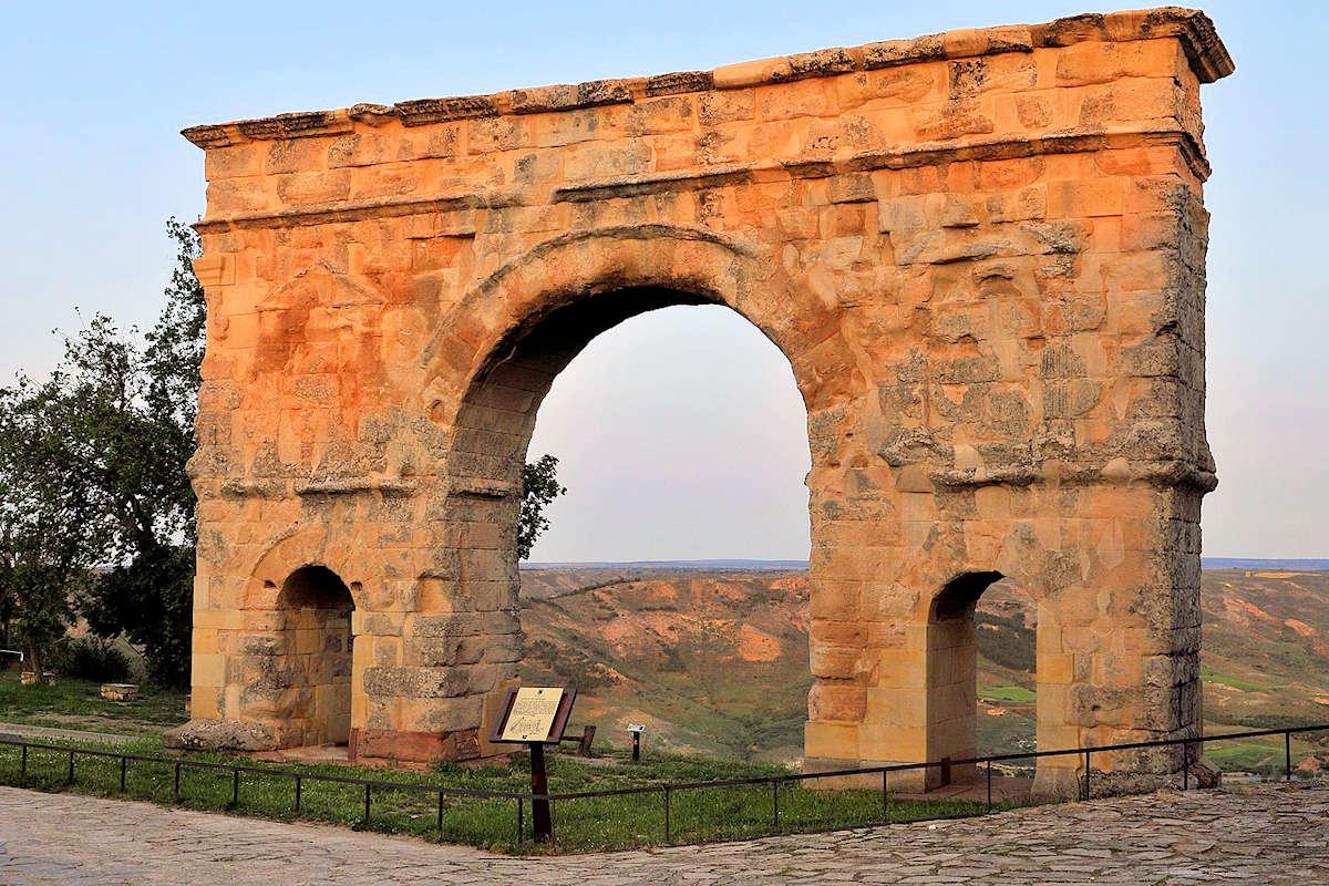 restos-de-la-calzada-y-arco-romano-medinaceli-soria