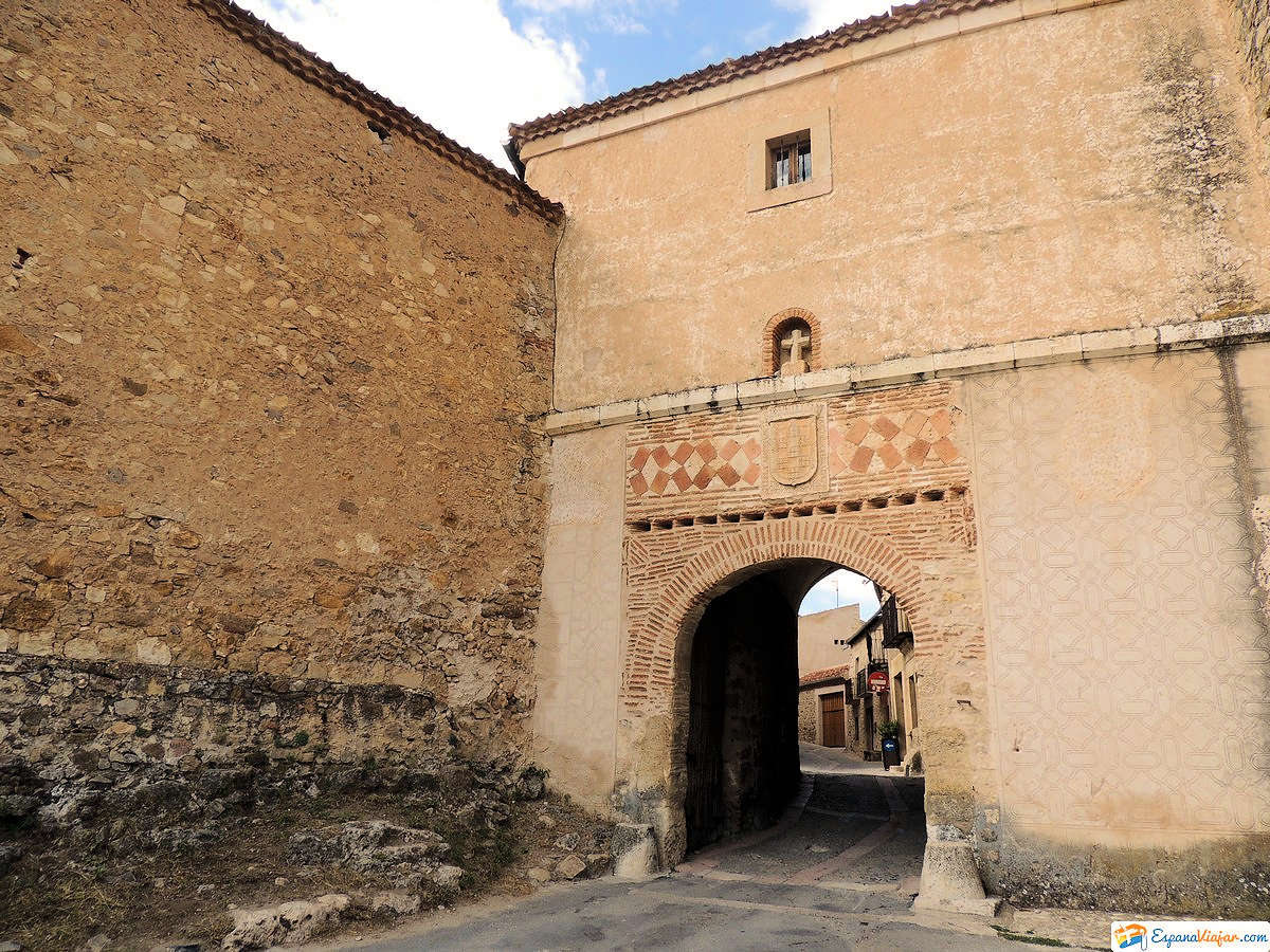 puerta-antigua-cárcel-pedraza-segovia