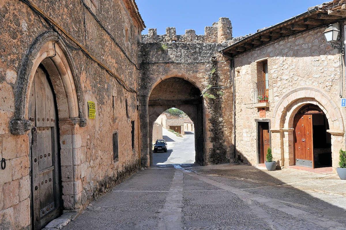 puerta-del-arco-entrada-a-maderuelo-segovia