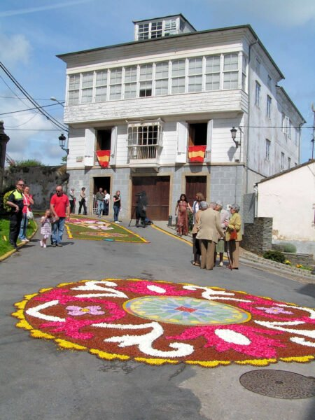 Alfombra floral en la fiesta del Corpus Christi en Castropol