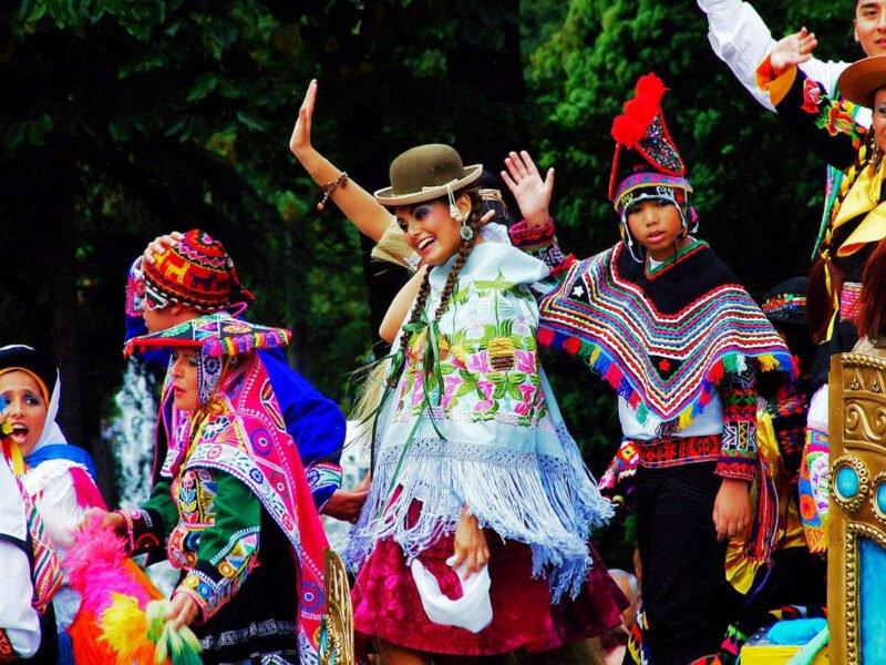 Desfile del día de las Américas en Oviedo