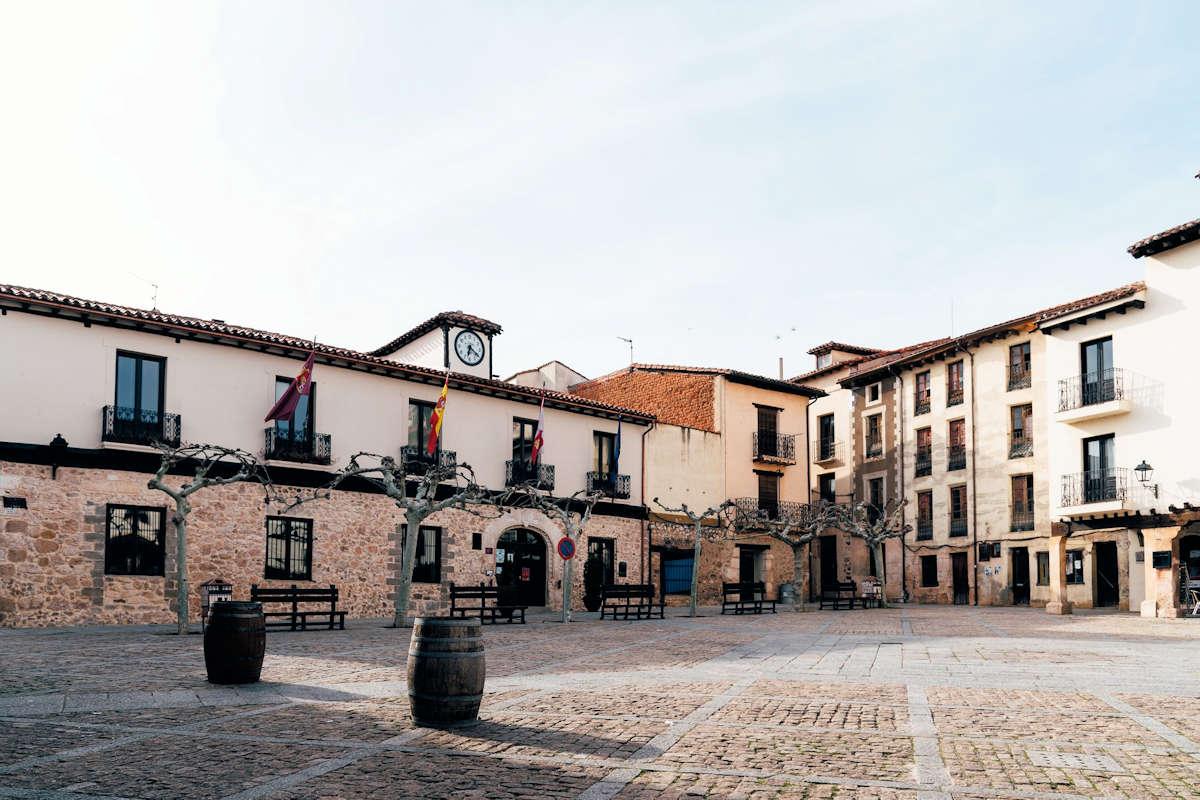 plaza-del-ayuntamiento-covarrubias-burgos