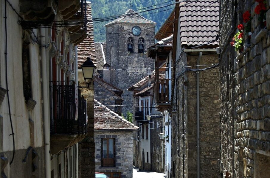 Casas e iglesia Ansó Huesca