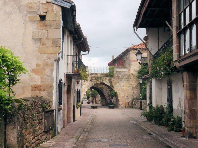 Calle en la villa de Cartes