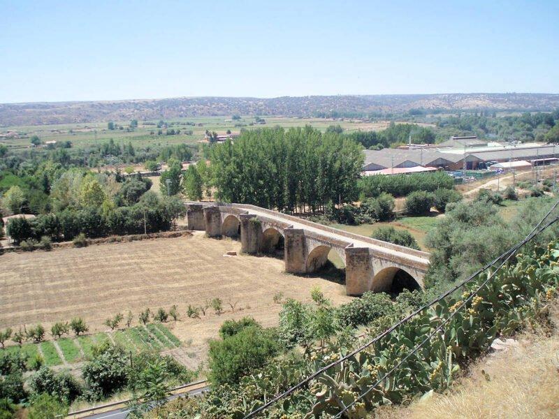 Puente del siglo XVI sobre el río Alagón