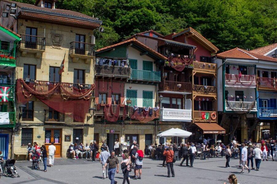 Ayuntamiento y Plaza Mayor en Pasaia