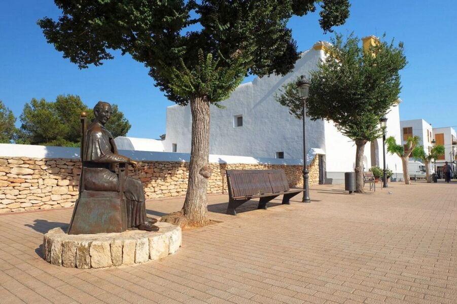 Qué ver en Santa Gertrudis. Escultura del 1º Obispo de Ibiza