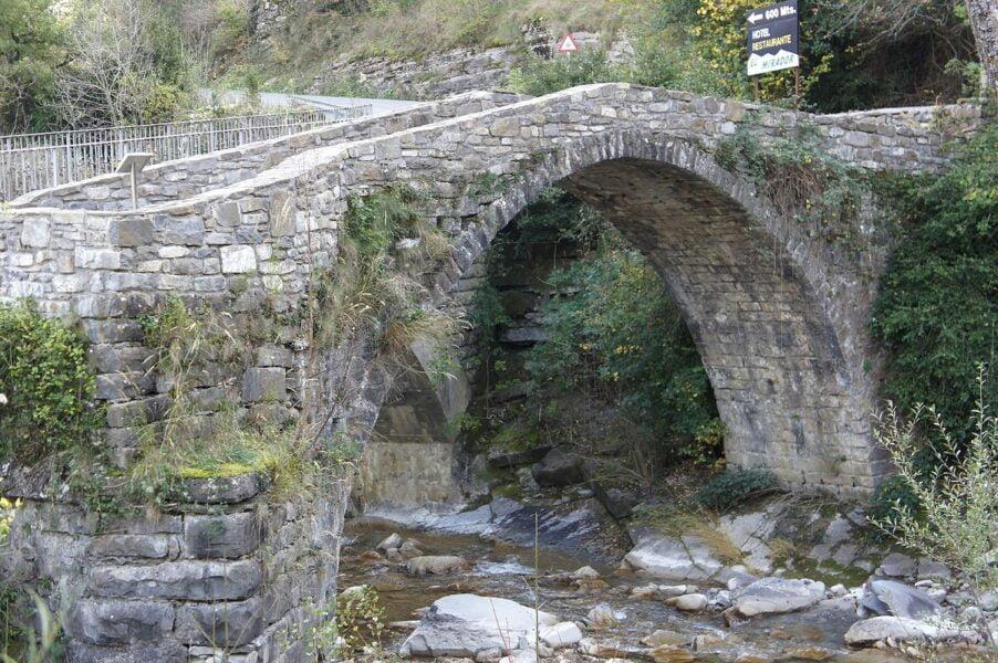 Puente viejo en Broto
